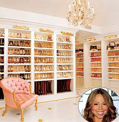 MARIAH CAREY Mariah Carey'in giyinme odasında binin üzerinde ayakkabı bulunuyor.